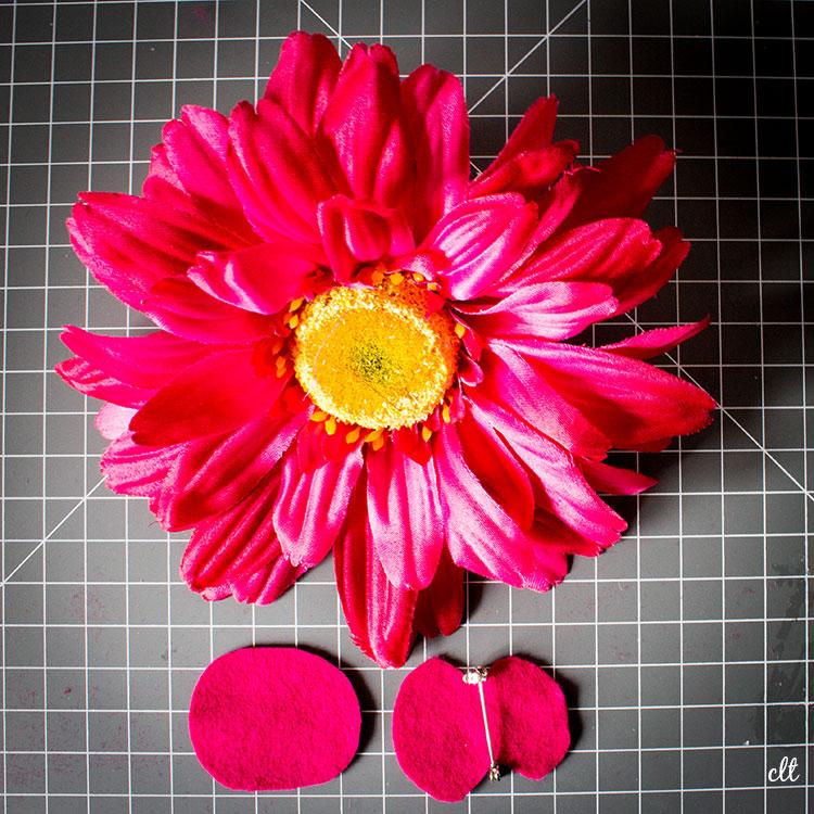 Deko-Blume ohne Stiel mit den beiden zurechtgeschnittenen Filz-Kreisen und Broschennadel.