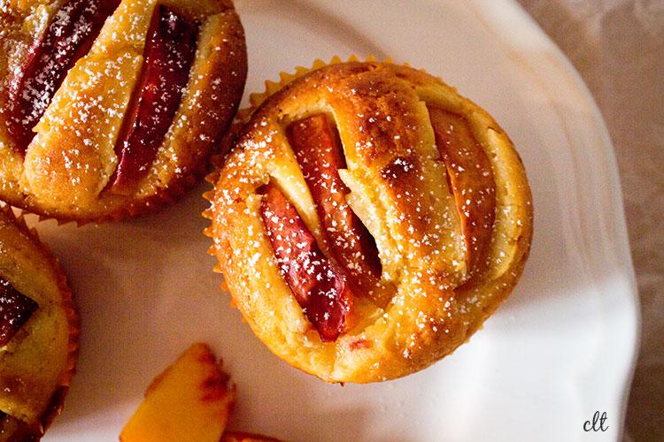 Nektarinen-Muffins in der Nahaufnahme